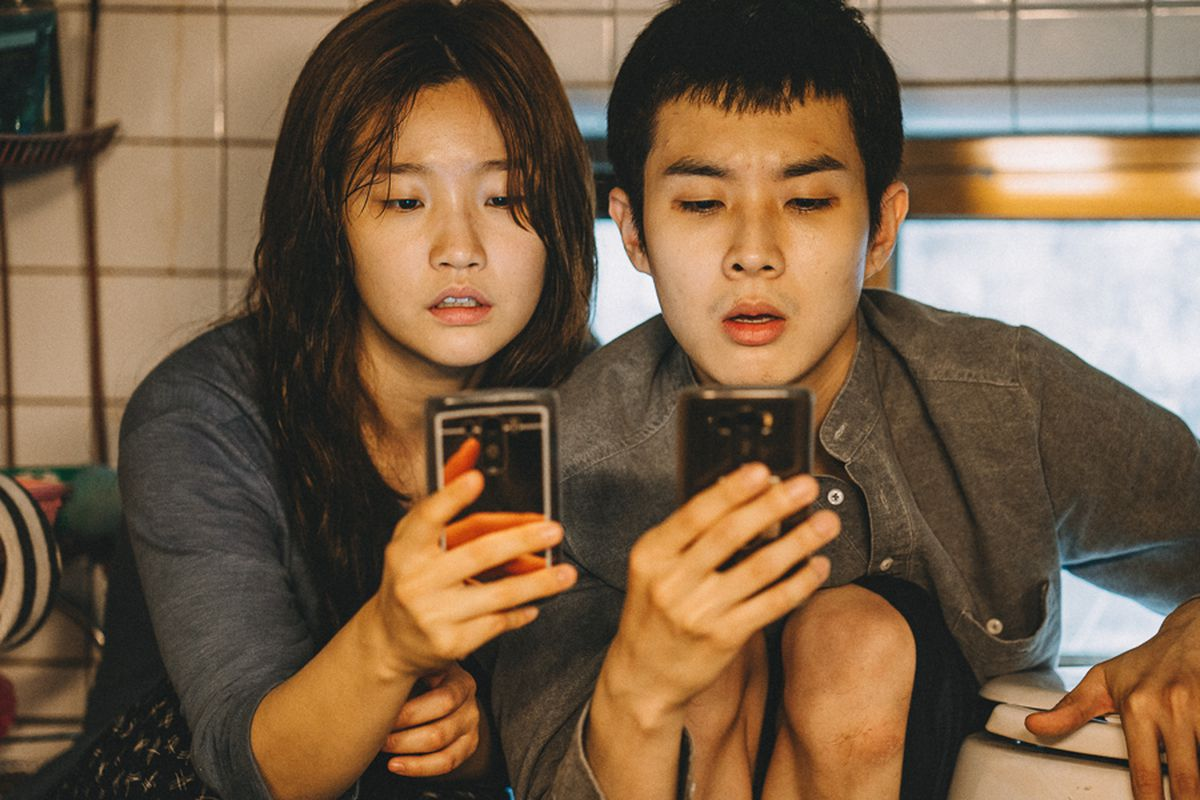 Park So-dam, Choi Woo-shik are posing for a picture